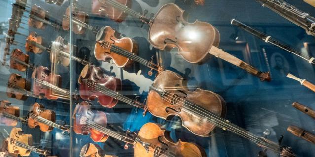 Одна из этих скрипок (трёхчетвертная, по размеру меньше стандартной. – Прим. ред.) была в 1908 году преподнесена цесаревичу Алексею Николаевичу..