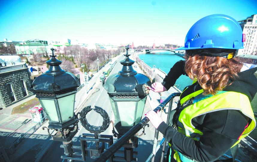 Красить фонари с таким видом на Москву – бесценно. Фото Игорь Генералов.