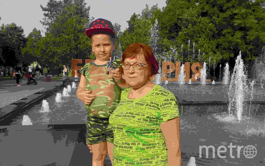 """Изображенный на фото мальчик заметно вырос, а бабушка почти не изменилась :) но оба по-прежнему любят проводить время в компании друг друга. Фото Симбирцева Надежда Вячеславовна, """"Metro"""""""