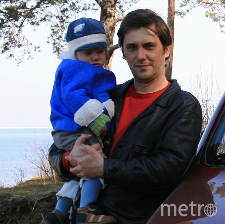 """Меня зовут Андрей! Мы очень любим проводить время с сыном и наша семейная традиция - это каждый год, как только сойдет снег - выезжать на природу, готовить барбекю, ну и самое вкусное всегда - это хлеб Столовый на открытом огне.  Фотографии сделаны с разницей в 12 лет. Фото Андрей Жухевич, """"Metro"""""""