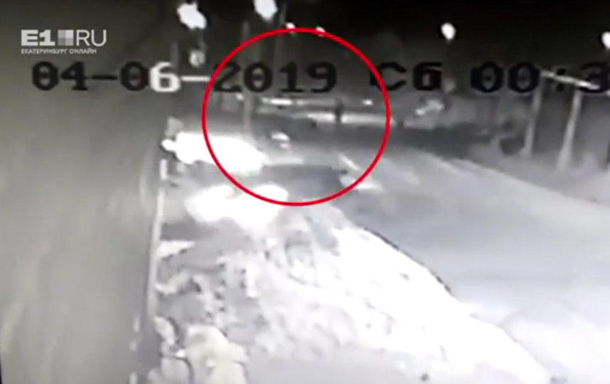На Урале женщина дважды наехала на автомобиле на двух девушек. Фото скриншот видео https://ren.tv