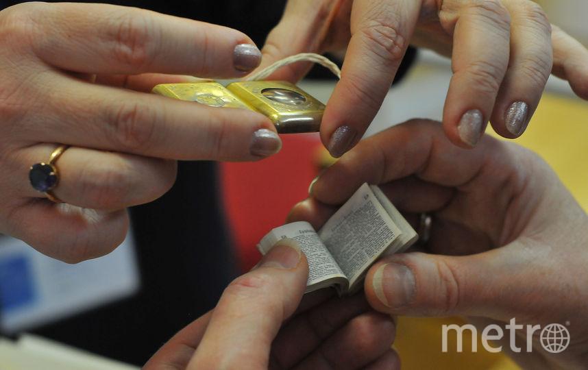 Среди уникальных книг библиотеки – немецко-английский словарь размером со спичечный коробок. В нём 170 тысяч слов. Лупа прилагается. Фото Александр Кочубей