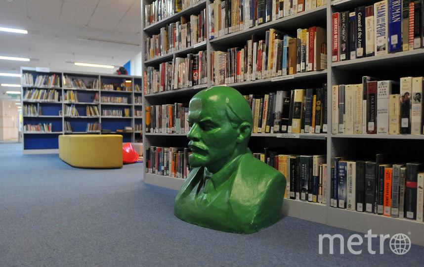 Бюст Ильича соседствует с книгами на самых разных языках мира. Фото Александр Кочубей