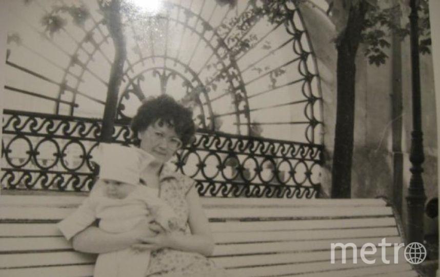 """На первом фото: моя мама Елена и я. На втором: я уже со своей дочкой Таней. Между фотографиями 30 лет. Мама всегда говорит, что хозяйка должна быть хлебосольной. Так и живём: гостям рады и голодным не уходит никто! Женщины в нашей семье готовят вкусно, разнообразно и с удовольствием. А сами вечерком любим съесть по кусочку Столового хлебушка да маслом растительным и солью чёрной. Вкуснотища! Фото Нина., """"Metro"""""""
