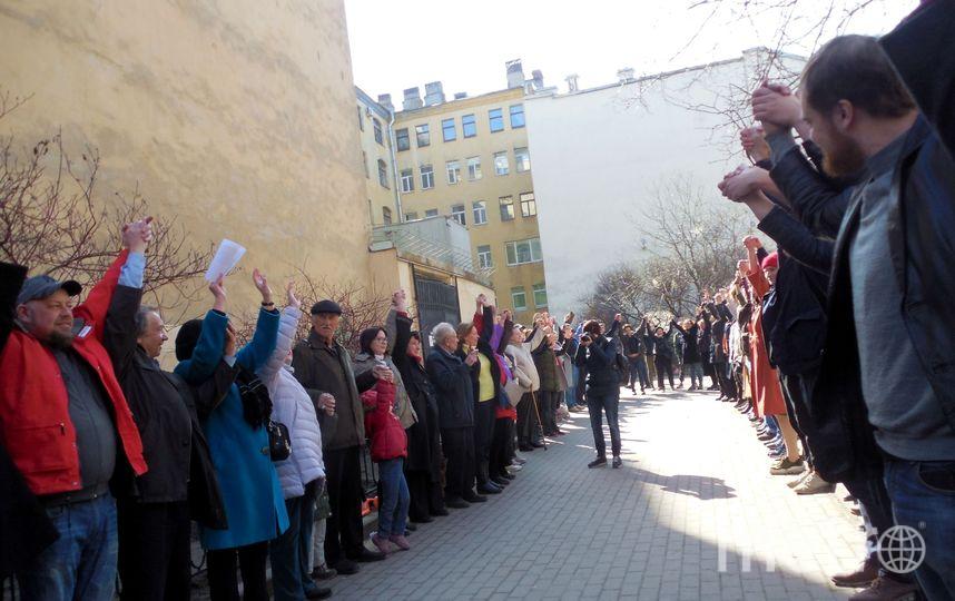 """Акция """"Живой щит у сквера в Кузнечном переулке"""". Фото mytndvor, vk.com"""