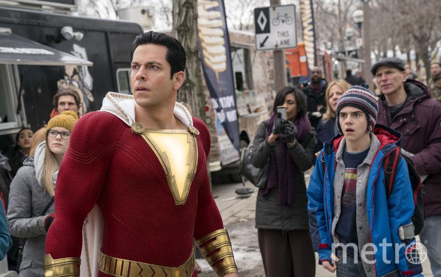 Большую часть киновремени Билли Бэтсон в образе Шазама наслаждается тем, что он взрослый супергерой. Фото «Каро-Премьер»