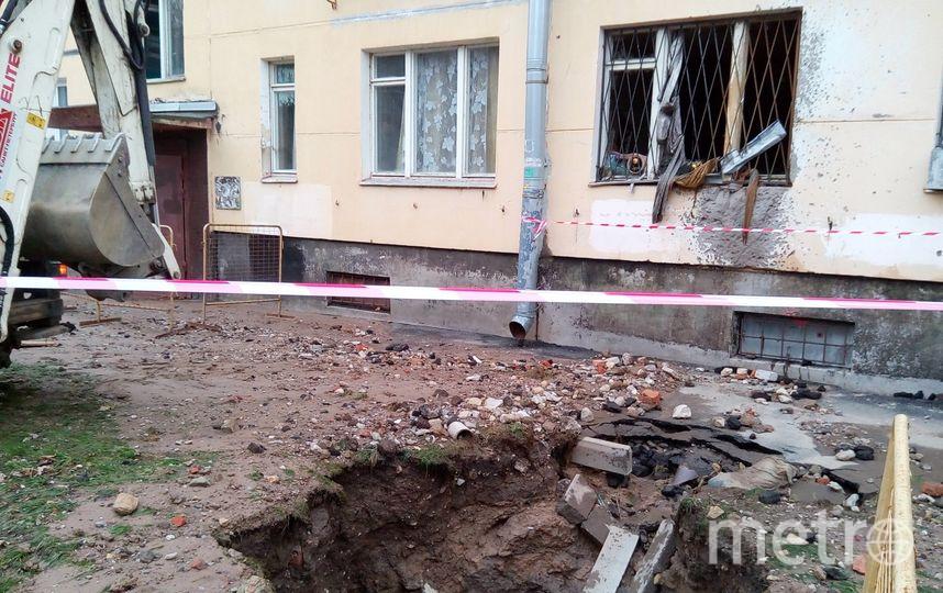 Ночь на понедельник стала кошмаром для жителей пятиэтажки в Красносельском районе: под окнами второго подъезда прорвало трубу с кипятком. Фото vk.com/spb_today