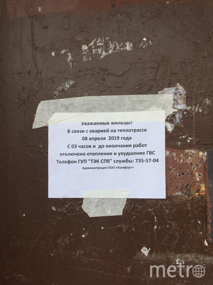 """Ночь на понедельник стала кошмаром для жителей пятиэтажки в Красносельском районе: под окнами второго подъезда прорвало трубу с кипятком. Фото Карина Тепанян, """"Metro"""""""