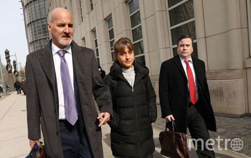 Эллисон Мэк покидает суд со своим адвокатом. Фото Getty