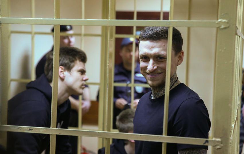 Павел Мамаев и Александр Кокорин за решёткой. Фото Василий Кузьмичёнок