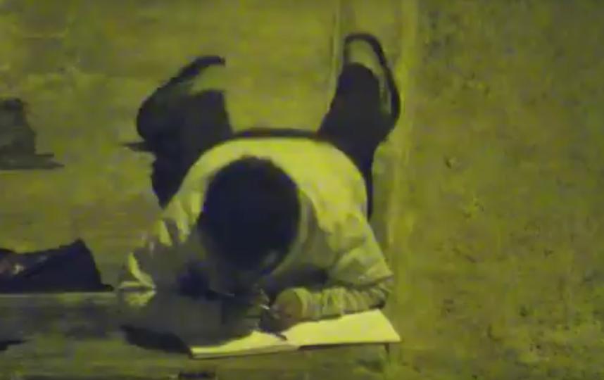 Школьник в Перу делал уроки под фонарем, потому что его семья слишком бедная, чтобы платить за свет. Фото Все - скриншот YouTube