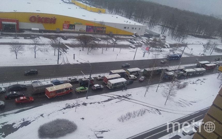 """Город накрыло снегом 11 апреля и это никого не радует. Одно обнадеживает - снег вернулся ненадолго. Фото https://vk.com/spb_today?z=photo-68471405_456779261%2Fwall-68471405_10882952, """"Metro"""""""