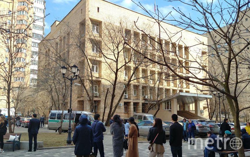 Люди у здания Пресненского суда. Фото Юлия Долгова.