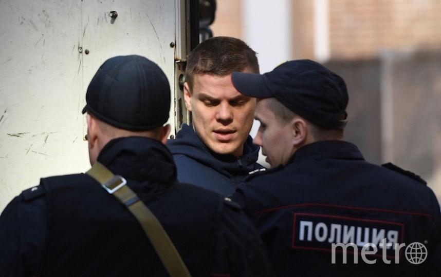 Футболист Александр Кокорин, обвиняемый в хулиганстве и побоях, у здания Пресненского суда Москвы. Фото РИА Новости