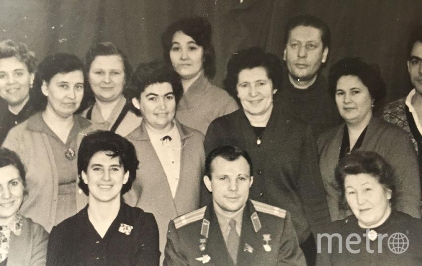 """Светлана Грушевая слева от Юрия Гагарина. Фото предоставлено героями материала, """"Metro"""""""
