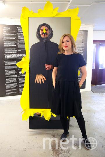 При входе на выставку вы сами превращаетесь в великого писателя, стоит лишь просунуть голову в картонный силуэт Гоголя и поднести к губам палочку с его пирамидальными усиками. Фото Василий Кузьмичёнок