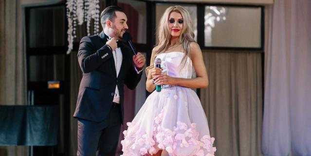 Жена священника Оксана Зотова рядом с ведущим.