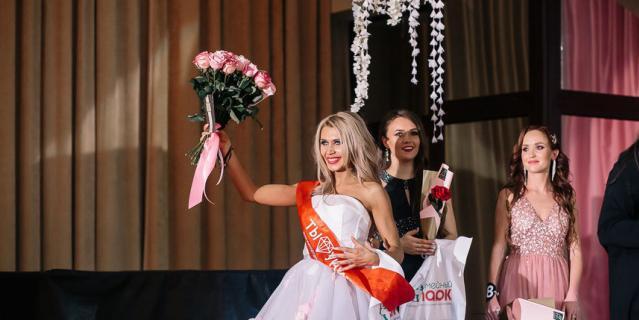 Жена священника Оксана Зотова с цветами.