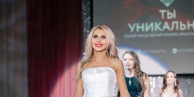 Оксана Зотова шагает по подиуму.