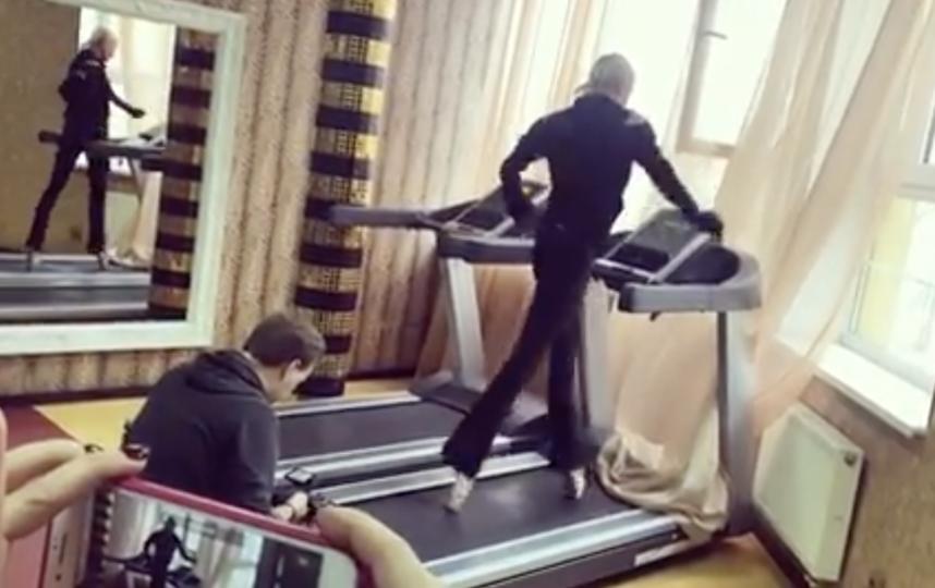 Анастасия Волочкова на тренажёре. Фото скриншот https://www.instagram.com/volochkova_art/