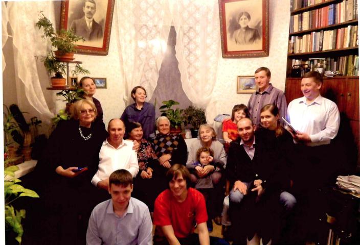 """Несколько раз в году (в дни семейных праздников) мы собираемся все вместе за большим круглым столом в квартире родителей ( а на самом деле это квартира прадедушки и прабабушки- их портреты на одной из фотографий).  Всегда на столе много разных блюд, но непременно  стоит корзинка с хлебом, и , как можно догадаться - это хлеб """"Столовый""""! Думаю, что этот хлеб наша семья ест все 70 лет! Конечно, ведь все пробуют его еще в детстве! Эти две фотографии сделаны с интервалом в 20 лет. Фото Юлия Вересова., """"Metro"""""""