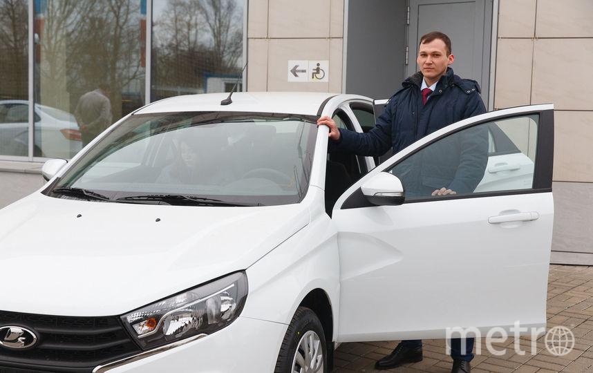 На новеньком автомобиле Андрей Ивлев собирается ездить за город и отвозить невесту на работу. Фото Василий Кузьмичёнок