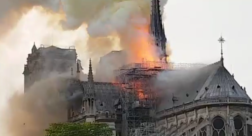 В соборе Парижской Богоматери произошел пожар. Фото скриншот видео https://twitter.com/RT_com