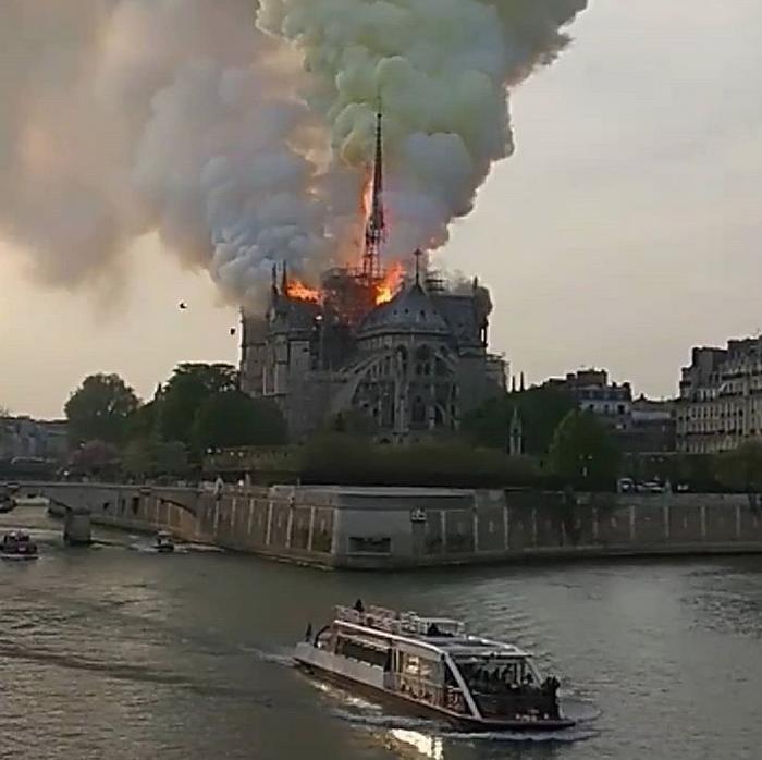 В соборе Парижской Богоматери произошел пожар. Фото скриншот https://www.instagram.com/marcevallejomontoya/