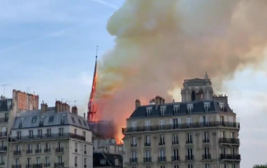 У горящего собора Парижской Богоматери обрушились шпиль и часы.
