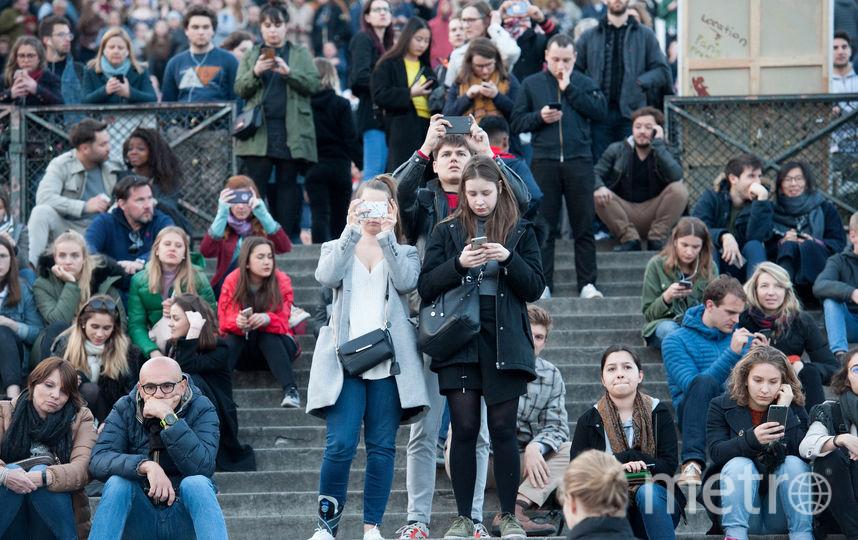 Люди наблюдают пожар в соборе Парижской Богоматери. Фото Getty