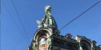 После пожара в Париже купол Дома Зингера на Невском окрасился в цвета французского флага