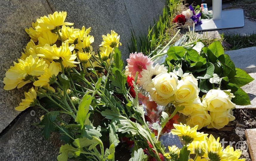 Москвичи приносят цветы к посольству Франции. Фото Василий Кузьмичёнок