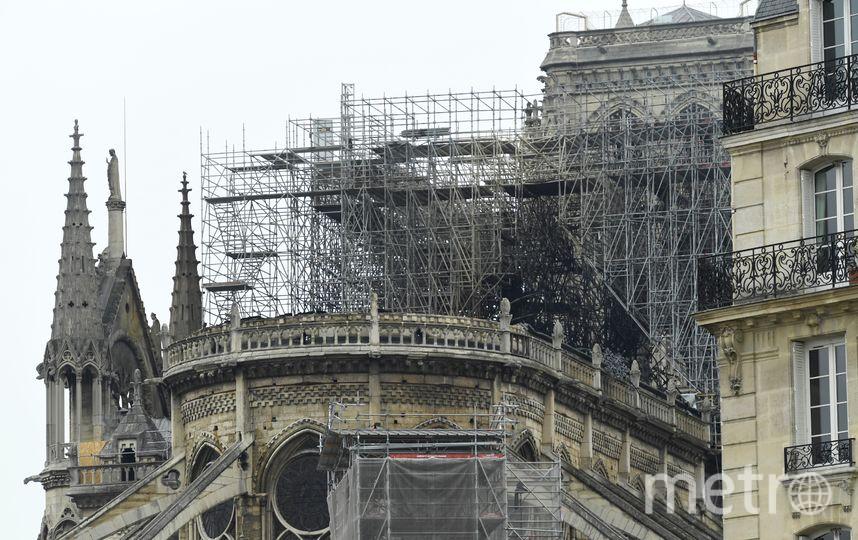 У собора Парижской Богоматери обрушились шпиль, часы и крыша. Фото AFP