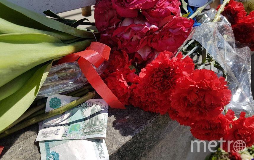 Москвичи приносят цветы и деньги к посольству Франции. Фото Василий Кузьмичёнок