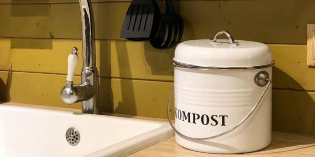 Кастрюля для сбора пищевых отходов, которые затем отправляются в компост.