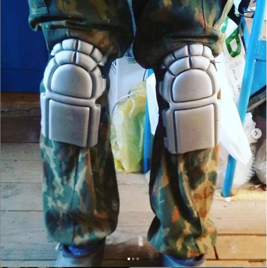 Павел Седов надевает наколенники, когда работает на грядках. Фото Instagram @vapvosv