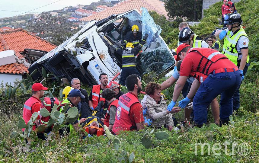 На юго-востоке португальского острова Мадейра перевернулся туристический автобус. Фото AFP