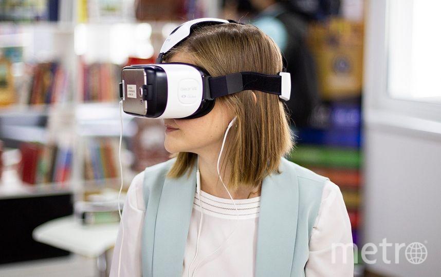 Гости Библиотеки им. Ахматовой наденут VR-очки и отправятся в путешествие по виртуальной реальности. Фото mos.ru
