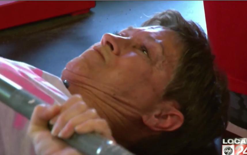 """Бабуля-Халк"" приседает 175 раз со штангой. Фото скриншот youtube.com/watch?v=gdIs_QvPwy0"