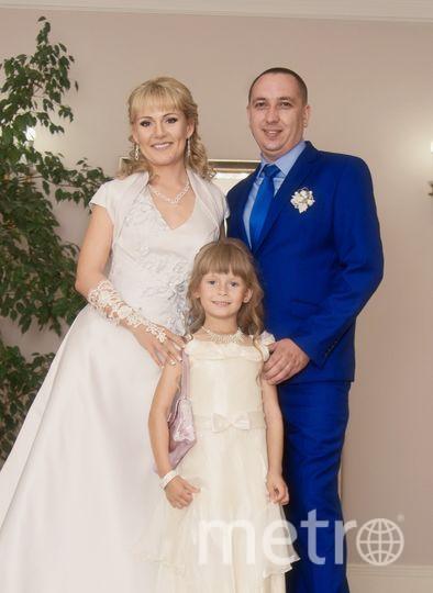 """После 10 лет счастливой совместной жизни мы всё-таки сыграли долгожданную Свадьбу! Удивительно,но Спасибо нашей дочке! Наша девочка уже такая взрослая, самостоятельная, заботливая. Недавно сама стала ходить в магазин за хлебом. Как я в детстве. Счастливое время. На фото - молодая семья Арцымовичей. Фото """"Metro"""""""
