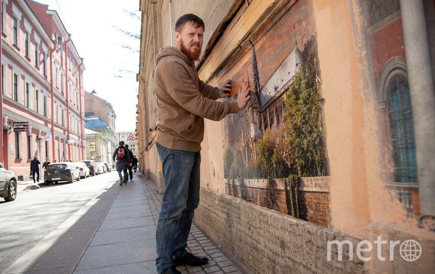 Олег Лукьянов наносит рисунок на стену. Фото olegmihalych, vk.com