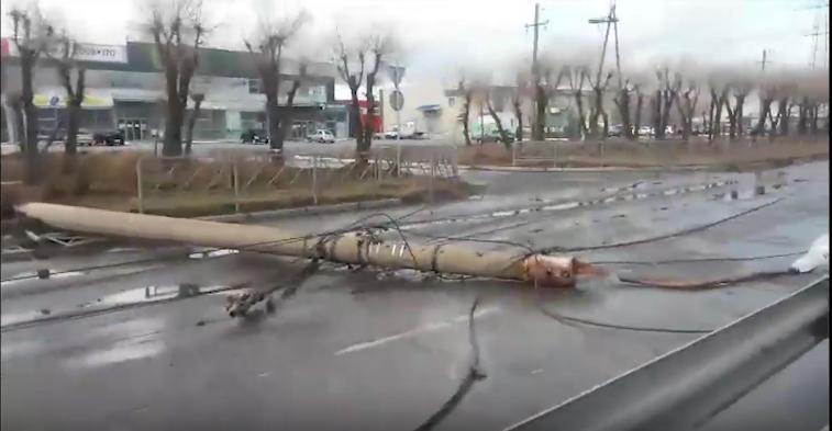 Упавшие столбы перекрыли дорогу. Фото скриншот youtube.com/watch?v=WyRfMFGJBlY