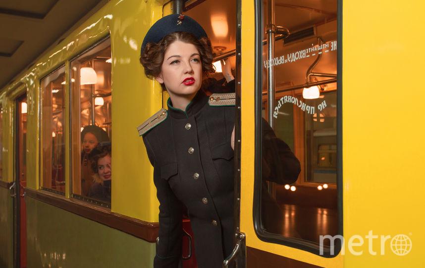 На девушке – форменный китель Наркомата путей сообщения СССР образца 1943 года. Именно так выглядели все женщины, работающие в метрополитене, в торжественных случаях к концу 1940-х годов. Фото Музей Москвы, фотограф Илья Фаминцын