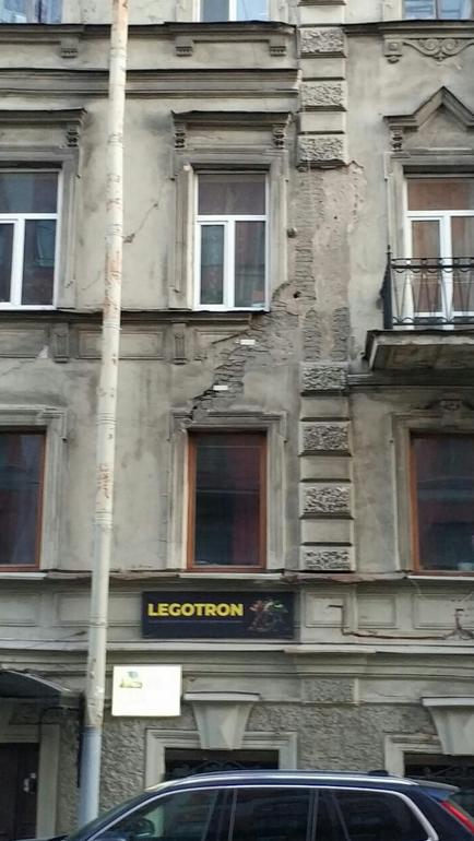 Потолок обрушился прямо в квартиру в доме №32 по улице Радищева. Фото Предоставлено Павлом Викулиным.