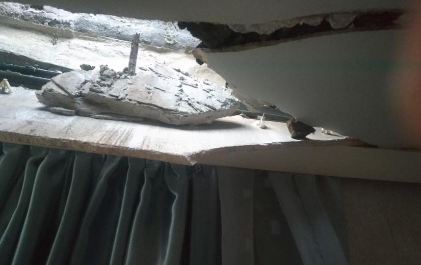 Потолок обрушился прямо в квартиру в доме №32 по улице Радищева. Фото https://vk.com/spb_today