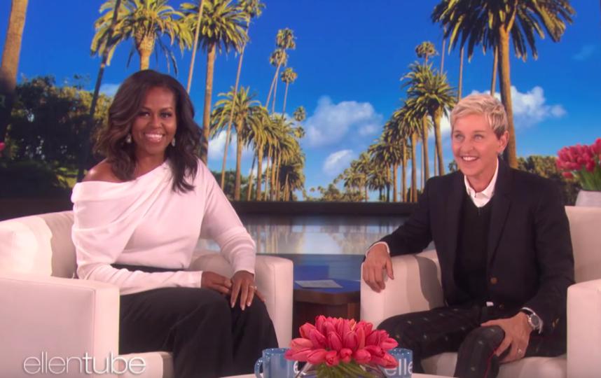 Для шоу Эллен Дедженерс Мишель Обама выбрала чёрное и белое – Tom Ford и Roland Mouret. Фото скриншот youtube.com/watch?v=yc0kcGgg3o0