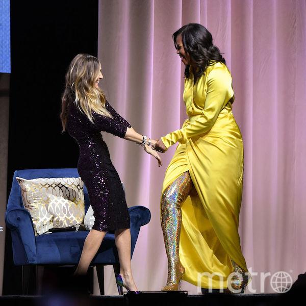 На презентацию своей книги Мишель Обама пришла в потрясающих сапогах и элегантном жёлтом платье Balenciaga. Фото Getty