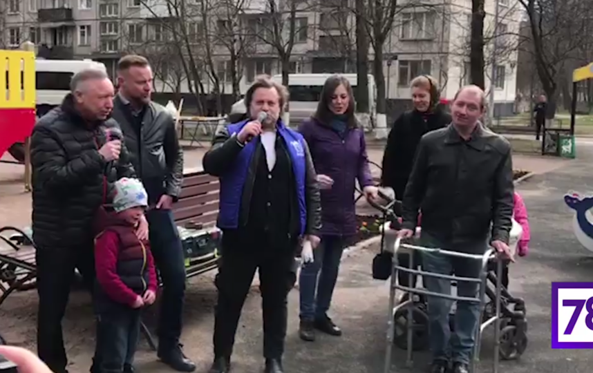 Александр беглов спел на общегородском субботнике вместе с Василием Герелло. Фото скриншот https://78.ru