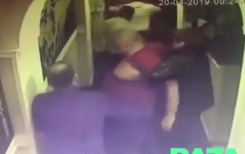 В одном из московских баров произошла драка с участием полицейских. Фото скриншот twitter.com/bazabazon