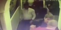В московском баре подрались полицейские: видео